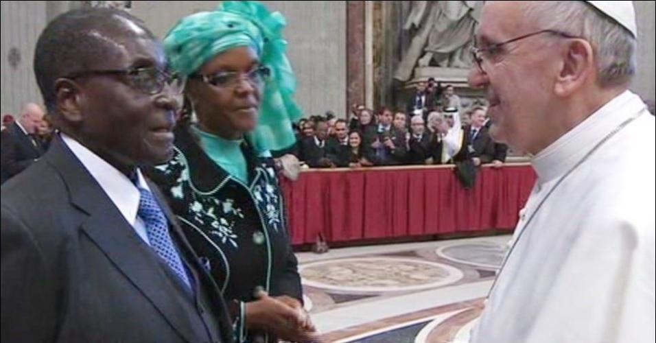 19mar2013---o-ditador-robert-mugabe-que-governa-o-zimbabue-desde-1980-e-sua-mulher-grace-conversam-com-o-papa-francisco-durante-a-missa-inaugural-do-pontifice-celebrada-nesta-terca-feira-19-na-1363732555015_956x500