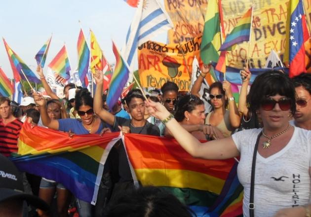 207-cuba-decenas-de-banderas-del-arcoiris-en-la-plaza-de-la-revolucion
