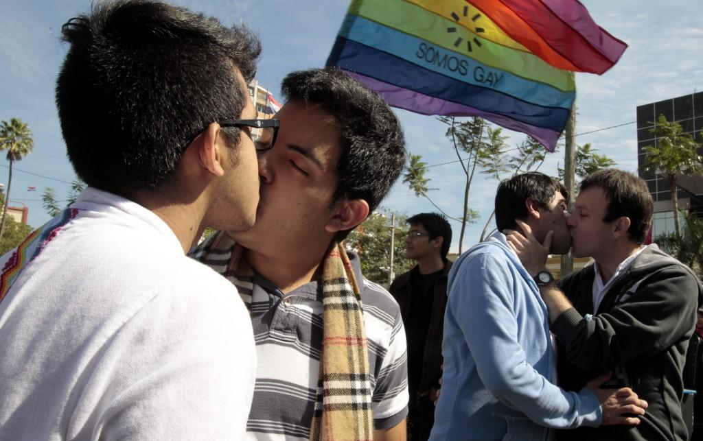 Realizan-un-besatón-frente-al-Congreso-paraguayo-en-protesta-contra-la-homofobia