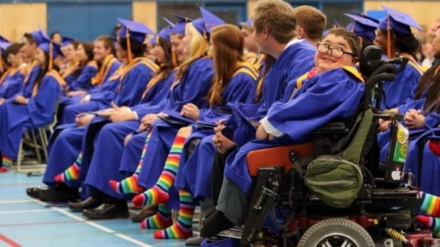 954-graduaciones-con-estilo-el-por-que-los-estudiantes-se-graduan-con-calcetines-con-la-bandera-del-arco-iris