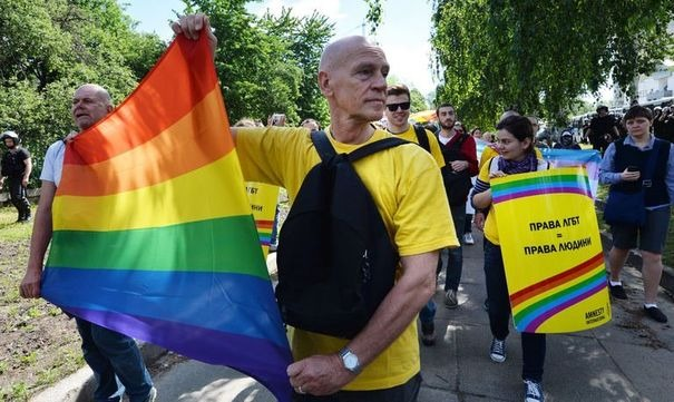 600954_des-militants-des-droits-des-homosexuels-defilent-le-25-mai-2013-lors-de-la-gay-pride-a-kiev