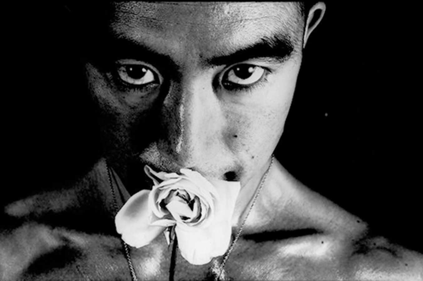 Yukio Mishima con rosa