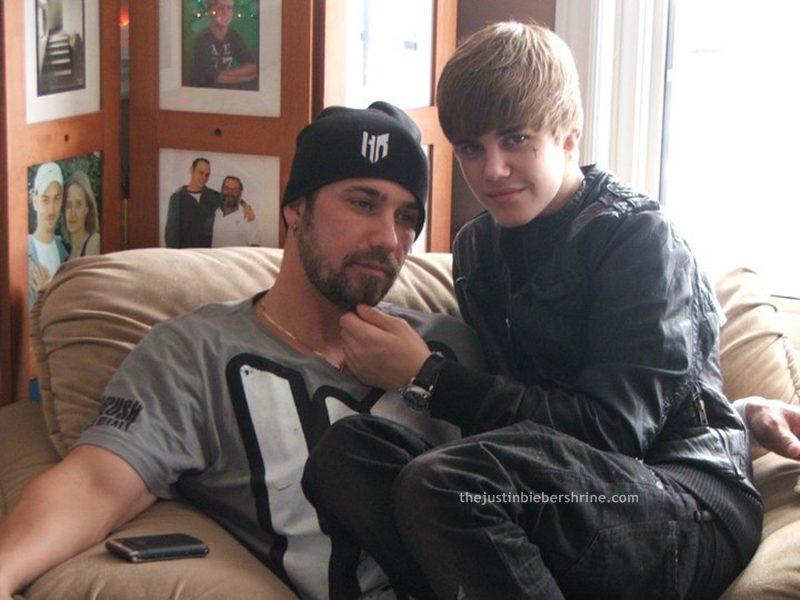 justinbieber-dad-jeremybieber-sitting-lap-2011