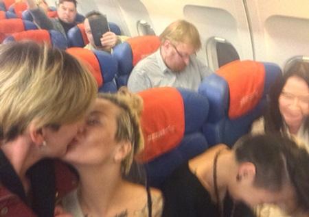 lesbianas_rusia_beso_avion