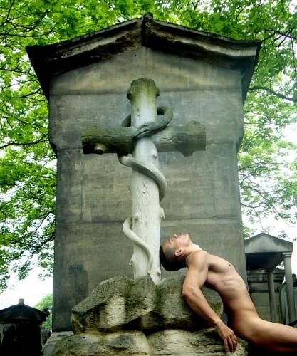 Luizo_Vega_Cementerio_Pere_Lachaise_París_001-417x500