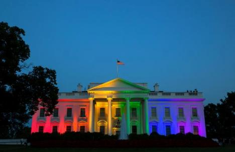 Casa-Blanca-iluminada-de-arcoíris