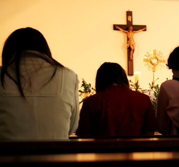 orado ante crucifijo