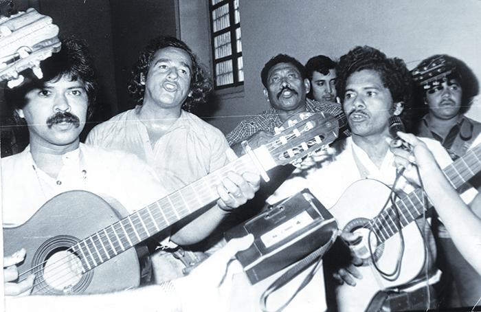 (foto de archivo, jv) Carlos Mejia Godoy y los de Palacaguina, cantando la misa campesina en memoria de cinco martires de  El Calvario en Leon.  febrero 16 de 1980.  La Prensa/mauricio orozco