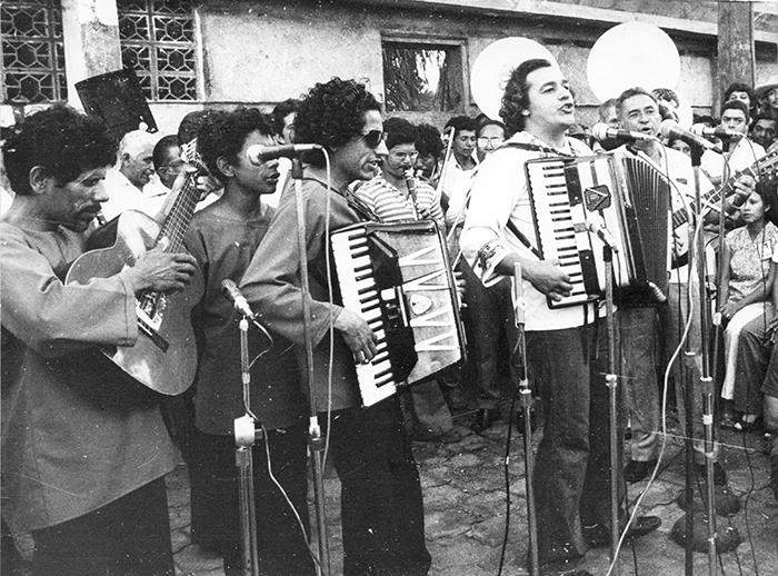 (foto de archivo, jv) Carlos Mejia Godoy y los de Palacaguina cantando la misa campesina, durante un acto sandinista, enero 12 de 1980. La Prensa/cruz fllores
