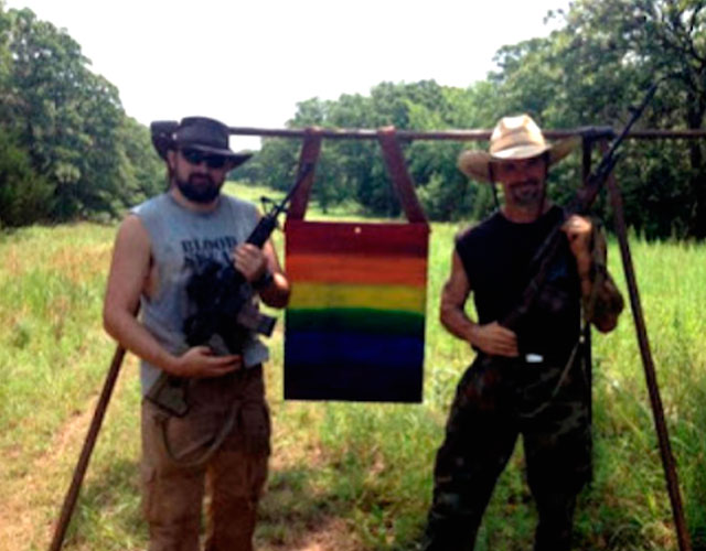 Brownhair gay campo de tiro al blanco