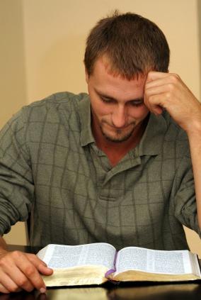 hombreleyendobiblia