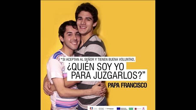 la-foto-de-una-pareja-homosexual-con-la-frase-que-el-papa-pronunci-en-el-2013-cuando-se-le-pregunt-sobre-parejas-del-mismo-sexo