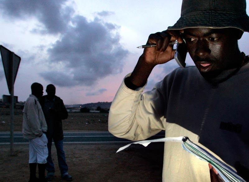 26392_migrante-africano-habla-con-su-familia