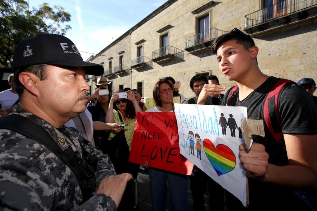 MEX014. GUADALAJARA (MÉXICO), 20/02/2016.- Un grupo de personas participa hoy, sábado 20 de febrero de 2016, en una marcha en favor de la aprobación, por parte de la Suprema Corte de Justicia de la Nación ( SCJN ), del matrimonio entre parejas del mismo sexo en el estado mexicano de Jalisco, hoy, en Guadalajara (México). El Código Civil del Estado de Jalisco señala que sólo un hombre y una mujer pueden contraer matrimonio. EFE/Ulises Ruiz Basurto