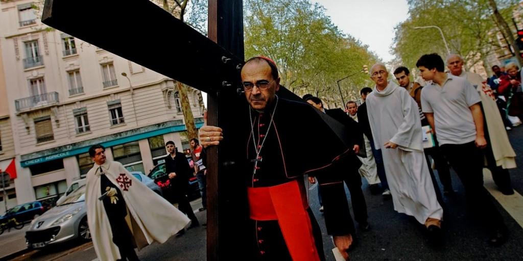 barbarin-carga-con-su-cruz