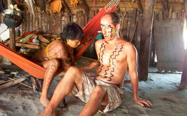 misonero-del-equipo-itininerante-preparandose-para-un-ritual