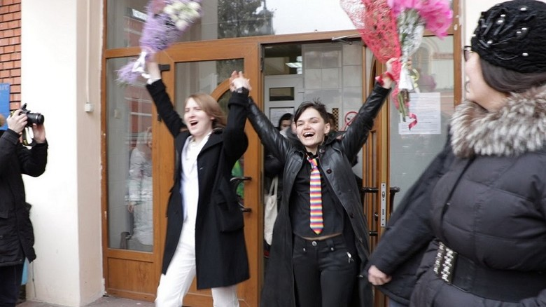 780x580-youtube-CpG3HhJHiWQ-dos-lesbianas-son-la-primera-pareja-del-mismo-sexo-que-se-casa-en-rusia