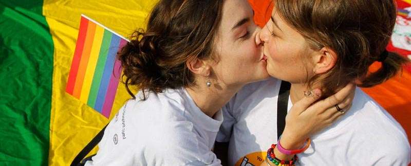 31439_beso-chicas-bandera