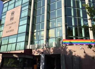 33921_asamblea-madrid-bandera-arcoiris