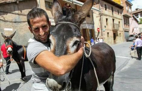 un hombre y su burro