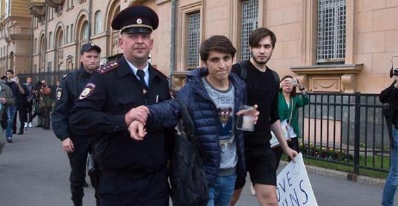 Felix-Glyukman-e-Islam-Abdullabeckov-pareja-rusa-detenida-por-homenaje-a-Orlando