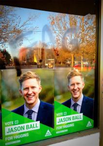 Jason-Ball-Australia-cartel-con-insulto-homofobo-212x300