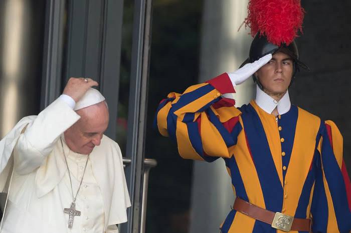Bergoglio-y-guardia-suiza