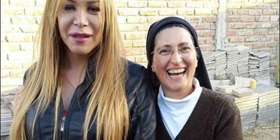 la-hermana-monica-con-romina-la-primera-mujer-transexual-que-se-acerco-a-la-iglesia_560x280