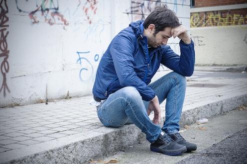hombre-joven-pensando-meditando