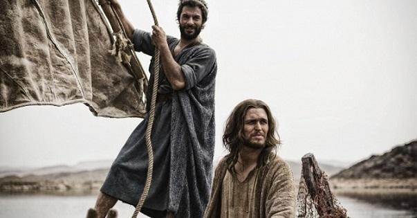 5mar2013-jesus-e-pedro-navegam-pelo-mar-da-galileia-em-cena-da-serie-a-biblia-1362528166003_956x500
