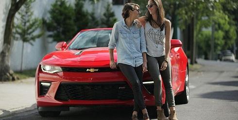 chevrolet-camaro-pareja-lesbica