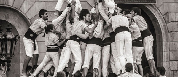 foto-castellers-beso-gay-barcelona-mireia-comas-1200x520