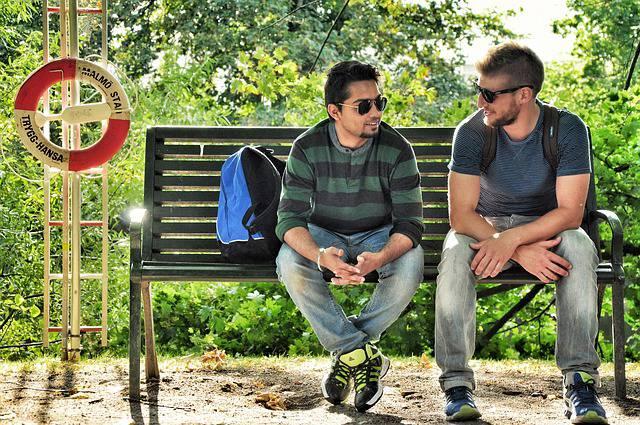 dos-chicos-hablando