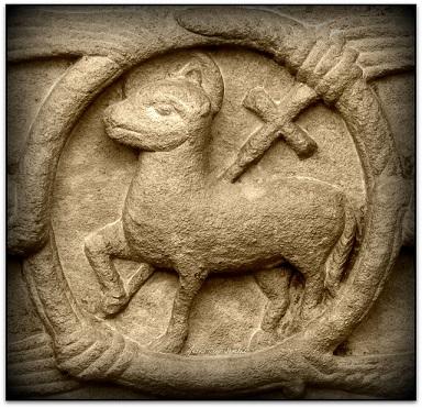 bajorelieve-cordero-de-dios-portada-monasterio-sta-maria-ripoll