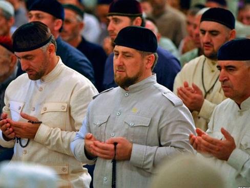 chechenia-gais-homosexuales-amenaza-periodico-ruso-696x522