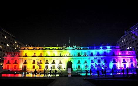 17 de Mayo del 2016 / SANTIAGO Se ilumina La Moneda con los colores del arcoíris, con motivo del Día contra la Homofobia y la Transfobia. FOTO: SEBASTIAN BELTRAN GAETE / AGENCIAUNO