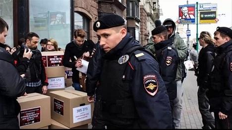 780x580-youtube-9bvihwwz1ns-detienen-a-5-activistas-en-moscu-al-entregar-firmas-solicitando-investigacion-en-chechenia