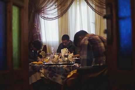 cristianos-rezan-en-secreto-en-una-casa-marroqui