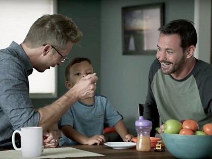 padres-gais-mas-involucrados-vida-hijos-696x522