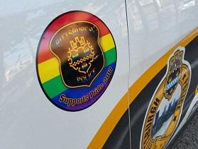 placa-lgtb-coches-patrulla-pittsburgh-696x522