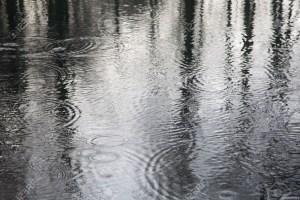 36140014-gotas-de-agua-en-un-lago-la-creaci-n-de-c-rculos-y-ondas-foto-de-archivo