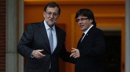 MADRID 20 04 2016 POLITICA El Presidente del Gobierno en funciones Mariano Rajoy y el President de la Generalitat Carles Puigdemont durante la reunion que mantuvieron esta tarde en el Palacio de la Moncloa Imagen David Castro