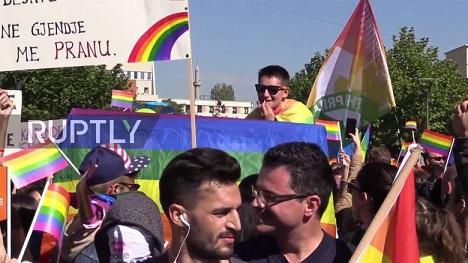 780x580-youtube-qa2jh7e1l8s-cientos-de-personas-se-congregan-en-el-primer-desfile-del-orgullo-lgbt-en-kosovo