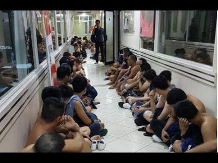 780x580-youtube-iovq5spehky-detienen-a-58-personas-en-una-redada-de-la-policia-a-una-sauna-gay-de-yakarta
