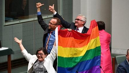 EPA7493. CANBERRA (AUSTRALIA), 12/07/2017.- Los diputados Cathy McGowan (i), Adam Brandt (c) y Andrew Wilkie (d) celebran la aprobación del matrimonio entre personas del mismo sexo en el Parlamento en Canberra (Australia) hoy, 7 de diciembre de 2017. El Parlamento australiano aprobó hoy el proyecto de ley para legalizar los matrimonios entre personas del mismo sexo, en el último trámite legislativo para que estas uniones puedan celebrarse en el país oceánico. EFE/ Mick Tsikas PROHIBIDO SU USO EN AUSTRALIA Y NUEVA ZELANDA