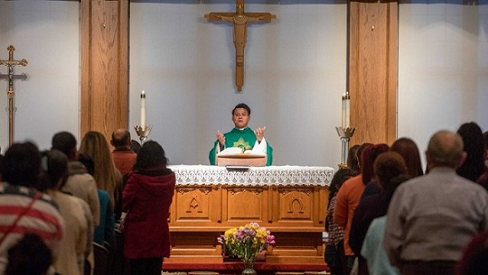 el-padre-rey-pineda-celebra-una-misa