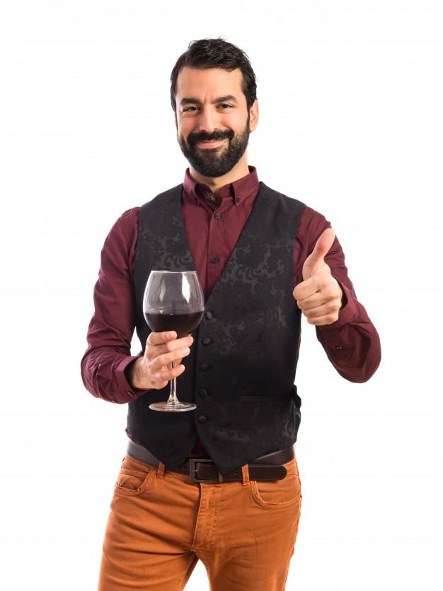 homem-vestindo-colete-segurando-vinho-vidro_1368-3237