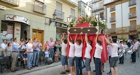 jovenes-en-una-procesion-en-jaen