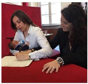 Una foto tratta dal profilo Facebook di Chiara Foglietta mostra il momento della registrazione del figlio all'anagrafe di Torino. +++ATTENZIONE LA FOTO NON PUO' ESSERE PUBBLICATA O RIPRODOTTA SENZA L'AUTORIZZAZIONE DELLA FONTE DI ORIGINE CUI SI RINVIA+++