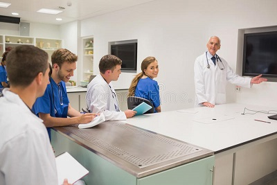 profesor-medico-que-ensena-estudiantes-jovenes-48994874